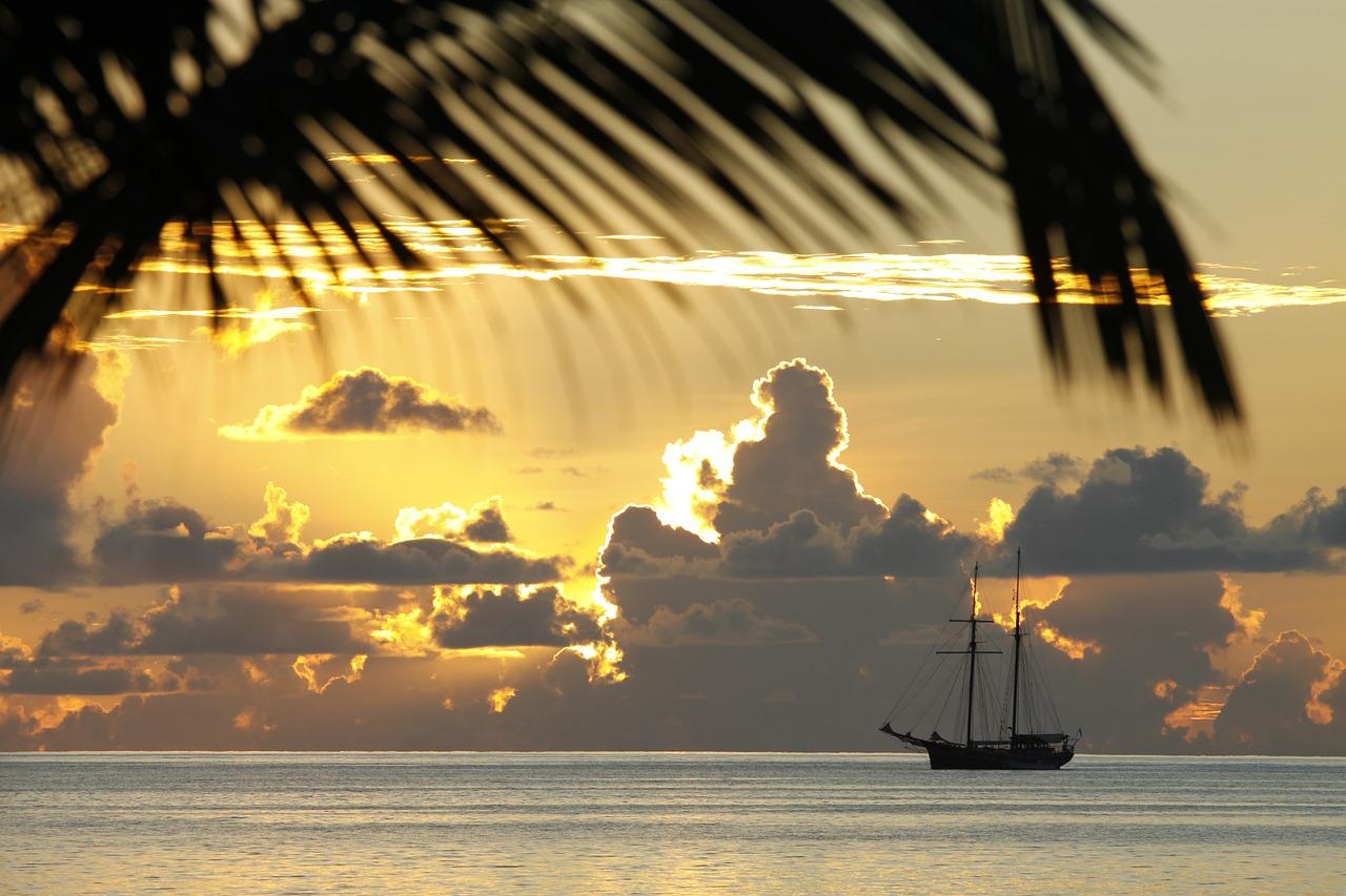 bateau sur la mer aux seychelles pour un voyage de noces